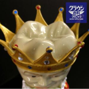 王冠型の頭をした置物